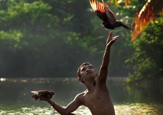 niño soltando una paloma