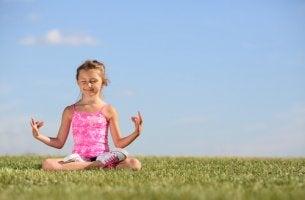 Enseñar a meditar a los niños, pequeña practicando