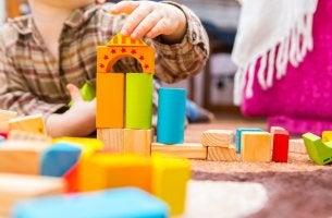 Niños jugando desarrollo infantil