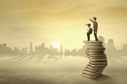 Padre y niño encima de libros