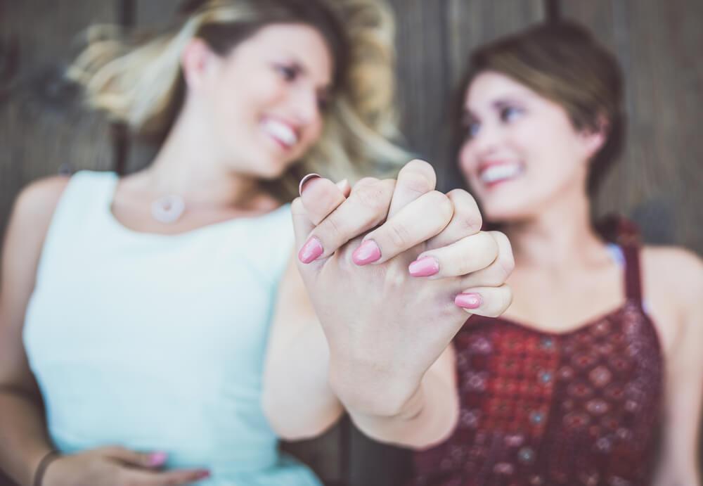 Pareja agarrándose la mano y mirándose con amor