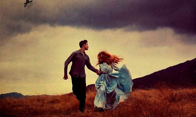 pareja cogida de la mano corriendo en el presente