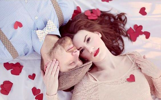 pareja-con-corazones