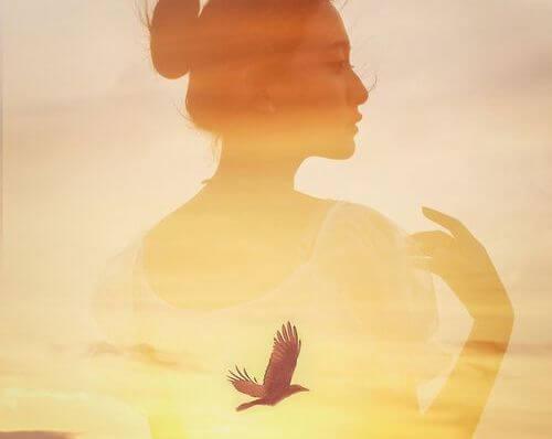 perfil femenino con pájaro en el medio