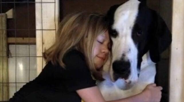 bella con su perro George
