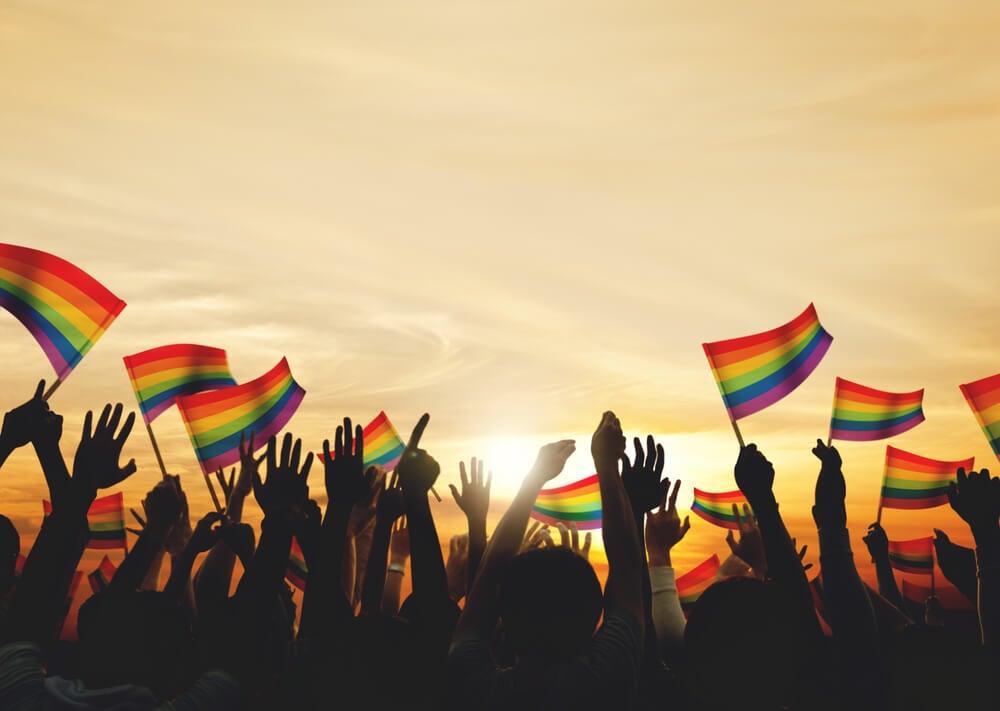 Personas con banderas defendiendo sus derechos a no ser juzgados y expresarse libremente
