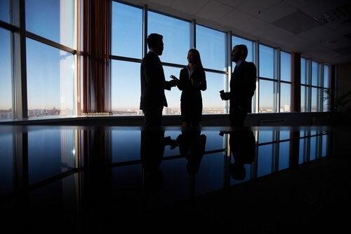 Hombres de negocios trabajando la persuasión, persuadir