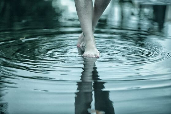 pies andando en un rio
