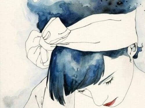 mujer con el cabello azul pensando en el paso a la menopausia