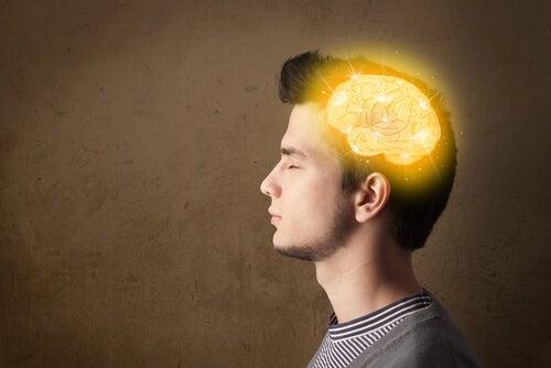 Adolescente con el cerebro iluminado