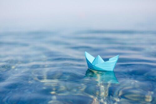 Barco de papel sobre agua