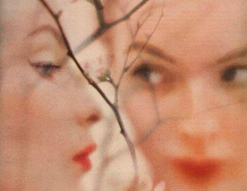 Cara de perfil y de frente de una mujer