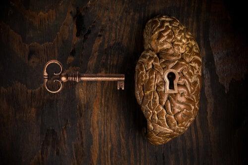 Cerebro con cerradura y una llave al lado simbolizando la antipsiquiatría de David G. Cooper