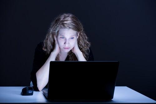 Chica triste con su ordenador