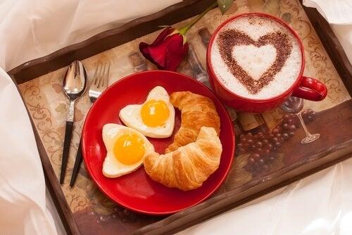 Desayuno en una bandeja y en la cama