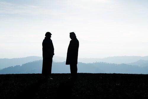 Dos hombres en el campo