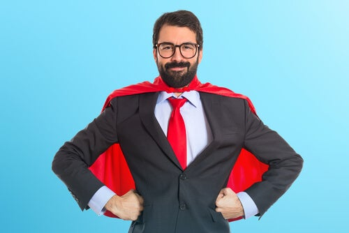 Hombre con una capa roja vestido de superhéroe
