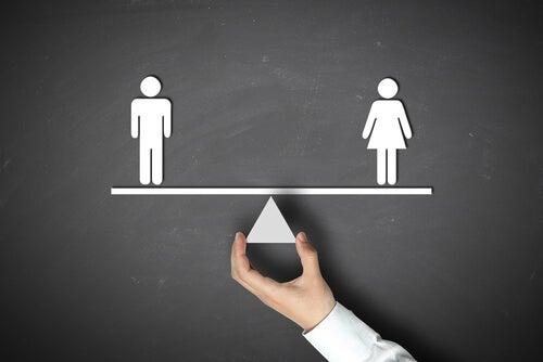 Hombre y mujer en una balanza en equilibrio