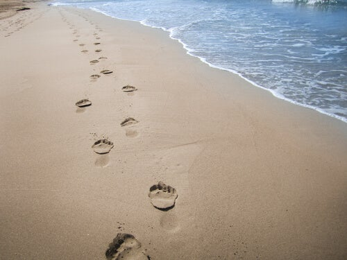 Huellas de una persona en la arena