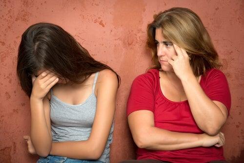 Madre mirando a su hija enfadada mientras llora