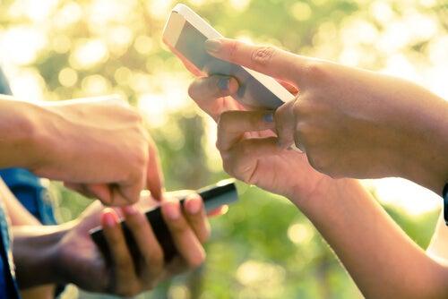 Manos con teléfonos móviles
