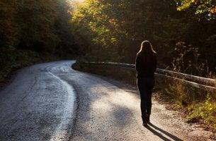 Mujer andando sola por un camino