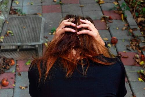 Mujer con ansiedad agarrándose la cabeza