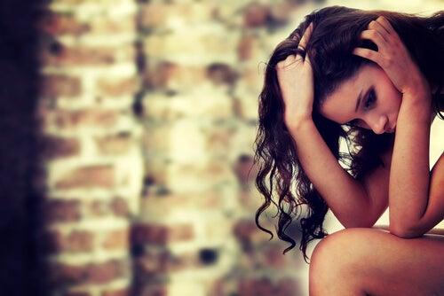 Mujer con ansiedad sentada