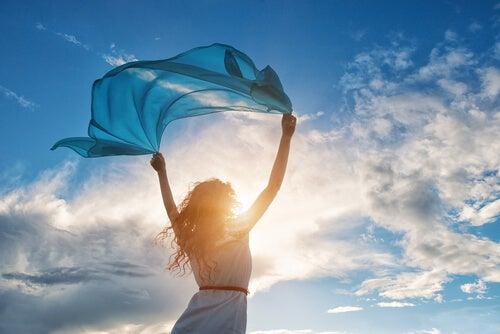 Mujer con pañuelo al aire libre