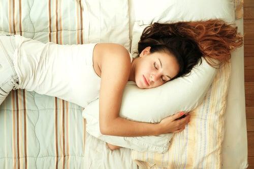 Mujer dormida para representar las fases del sueño