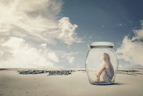 Mujer encerrada en un bote en la playa