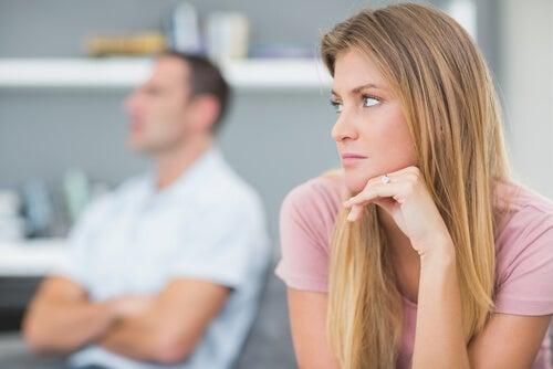 Mujer enfadada con su marido