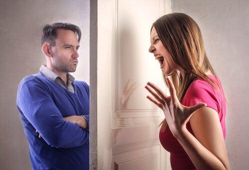 Mujer gritando a su marido detrás de la puerta