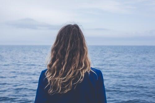 Mujer mirando al horizonte pensando en sus sueños