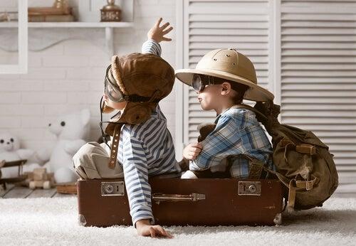 Niños jugando a que vuelan montados en un avión de juguete gracias a su imaginación