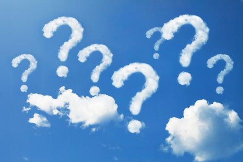 Nubes con forma de interrogaciones en un cuelo azul