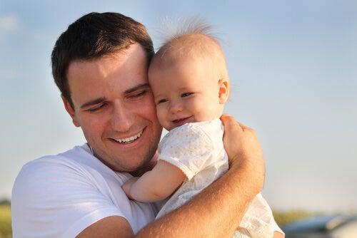 Padre con su hija en brazos