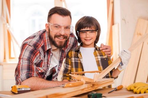 Padre e hijo haciendo bricolaje