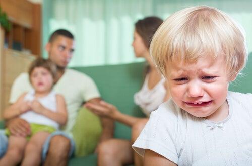 Padres discutiendo mientras su hijo llora