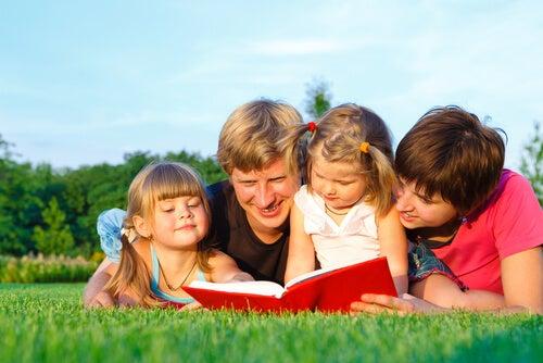 Padres leyendo con sus hijos