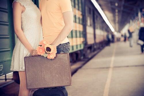 Pareja despidiéndose en una estación de tren