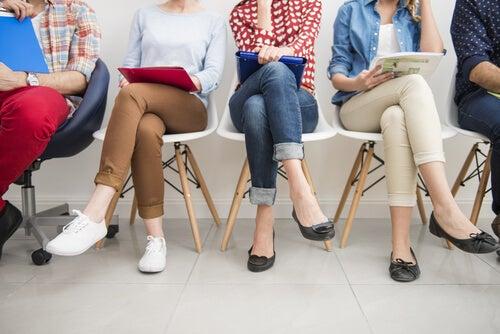 Personas desempleadas sentadas en sillas asistiendo a formación