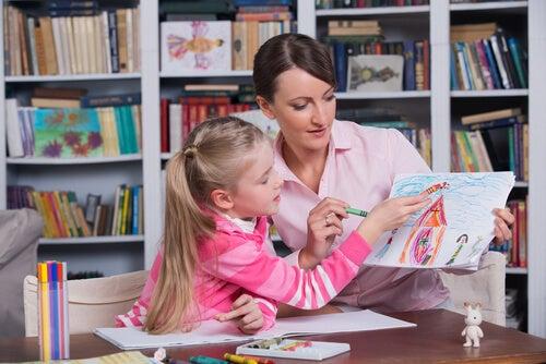 Psicóloga con una niña analizando un dibujo