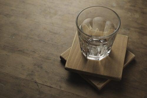 Vaso vacío sobre mesa de madera