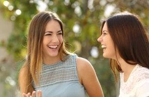 LEnguaje corporal: amigas sonriendo