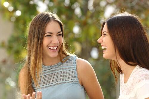 3 trucos de lenguaje corporal que te harán parecer más simpático