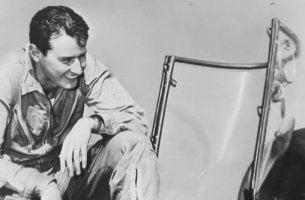 Bob Hoover en su aeroplano