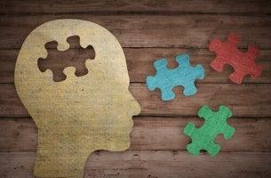 Puzzle en forma de cabeza como mensaje para mejorar la memoria