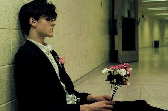 Adolescente con ramo de flores en las manos pensando en el sexo