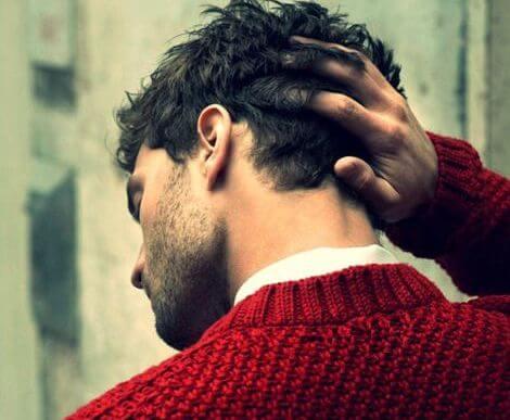 chico con un sueter rojo de espaldas